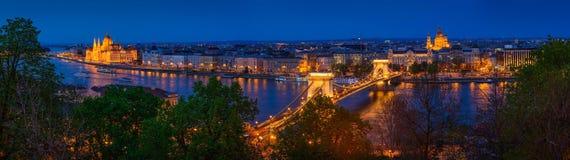 Panorama de Budapest, Hungría, con el puente de cadena y el par Foto de archivo libre de regalías