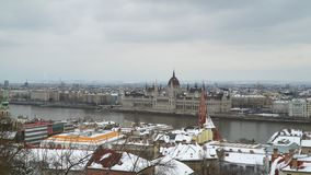 Panorama de Budapest nos bancos do Danube River video estoque