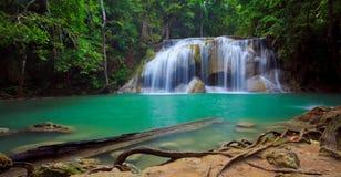 Panorama de cascade à écriture ligne par ligne d'Erawan, Thaïlande Image stock