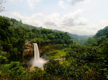 Panorama de cascade principale de cascade d'Ekom à la rivière de Nkam, Cameroun photo stock