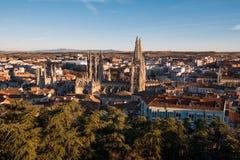 Panorama de cathédrale et de ville de Burgos au coucher du soleil Burgos, Castille et Léon, Espagne photographie stock libre de droits