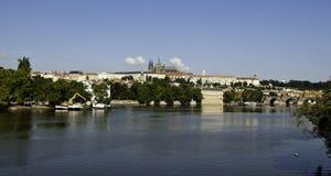 Panorama de château de Prague de l'autre côté de rivière de Vltava Photos stock