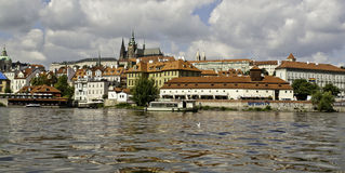 Panorama de château de Prague de l'autre côté de rivière de Vltava Image libre de droits