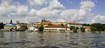 Panorama de château de Prague de l'autre côté de rivière de Vltava Photographie stock libre de droits