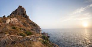 Panorama de château sur l'île de Capraia avec le Soleil Levant Image stock