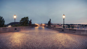 Panorama de Charles Bridge no amanhecer fotografia de stock
