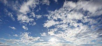Panorama de ciel bleu avec le soleil et des nuages Images stock