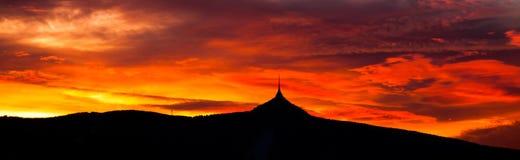 Panorama de ciel de coucher du soleil avec la silhouette de la montagne Ridge, Liberec, République Tchèque, l'Europe Jested Photographie stock libre de droits
