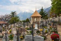 Panorama de cimetière, de cimetière et de chapelle principaux du village de municipalité du Tirol Tirolo, Tyrol du sud, Italie l' images stock