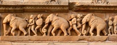 Panorama de cinzeladura de pedra do relevo de bas, Khajuraho fotografia de stock royalty free