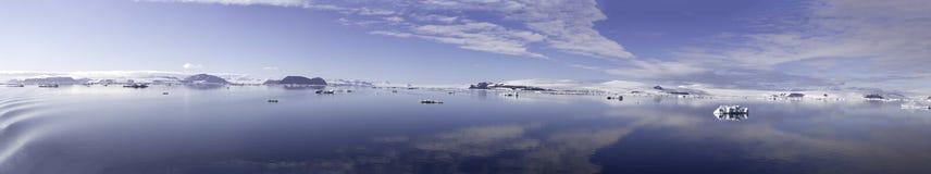 Panorama de Cloudscape en sonido antártico Imágenes de archivo libres de regalías
