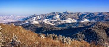 Panorama de colinas coronadas de nieve Fotos de archivo