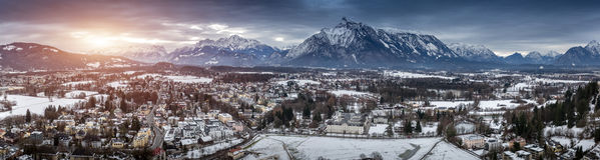 Panorama de coucher du soleil au-dessus des Alpes autrichiens couverts dans la neige Photos libres de droits