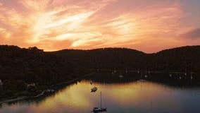 Panorama de coucher du soleil au village Polace sur l'île Mljet, banque de vidéos
