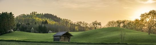 Panorama de coucher du soleil avec les collines vertes en Allemagne Photo stock