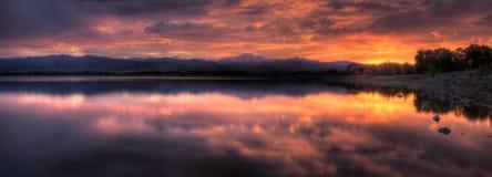 Panorama de coucher du soleil de lac Photographie stock