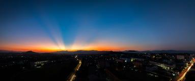 Panorama de coucher du soleil de raie léger sur la montagne Images stock