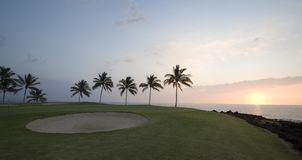 Panorama de coucher du soleil de terrain de golf d'Hawaï photo stock