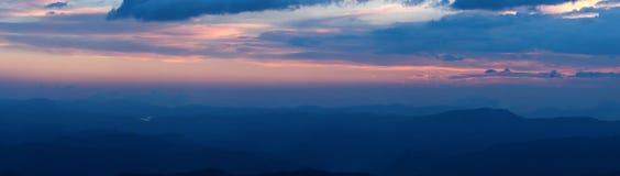 Panorama de coucher du soleil en montagnes photographie stock