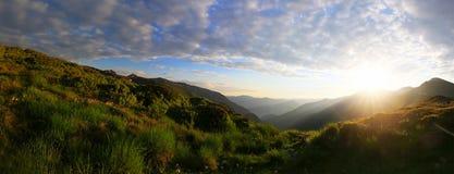Panorama de coucher du soleil de montagne Images stock
