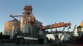 Panorama de descargar los camiones del grano en el elevador en la elevación del descargador hidráulico de la plataforma Transbord almacen de metraje de vídeo