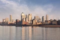 Panorama de district jaune canari de quai une Tamise Photo stock