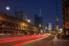 Panorama de distritos executivos novos, na noite, com tra rápido Imagem de Stock