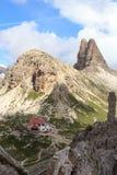 Panorama de dolomites de Sexten avec la hutte alpine Dreizinnenhutte, la saucisse de francfort Wurstel de roche et la montagne To Photo stock