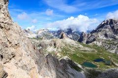 Panorama de dolomites de Sexten avec la montagne Toblinger Knoten et la hutte alpine Dreizinnenhutte au Tyrol du sud Images libres de droits