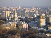 Panorama de Donetsk dans les rayons du coucher de soleil Photographie stock libre de droits