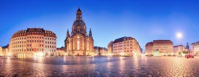 Panorama de Dresde dans la place de frauenkirche la nuit, Allemagne Photographie stock libre de droits