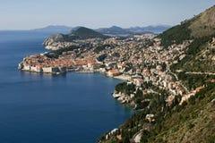 Toits rouges, murs blancs et mer bleue de Dubrovnik Image stock