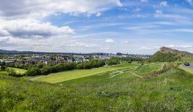 Panorama de Edimburgo do parque de Holyrood foto de stock