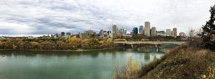 Panorama de Edmonton, Alberta, Canadá con el álamo temblón colorido en aut foto de archivo