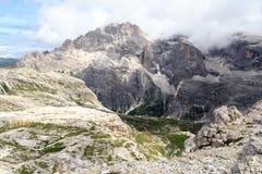 Panorama de Elferkofel da montanha e cabana alpina Zsigmondyhutte em dolomites de Sexten, Tirol sul Imagem de Stock Royalty Free