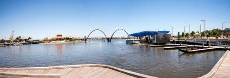 Panorama de Elizabeth Quay com ponte e molhe na cidade de Perth Fotos de Stock Royalty Free