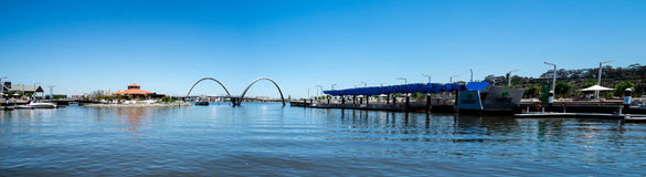 Panorama de Elizabeth Quay con el puente, el embarcadero y la isla en impertinente Fotografía de archivo libre de regalías