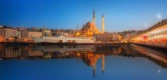 Panorama de Estambul en una puesta del sol dramática Imagen de archivo libre de regalías
