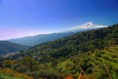 Panorama de Etna tomado do campo das montanhas de Peloritani fotografia de stock