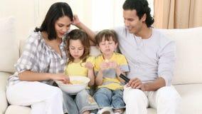 Panorama de famille à la télévision de observation de sofa banque de vidéos