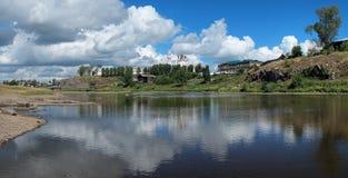 Panorama de fleuve de Tura avec Kremlin de Verkhoturye photographie stock libre de droits