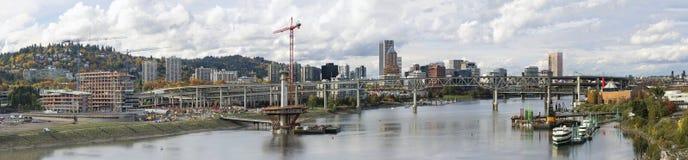 Panorama de fleuve de Willamette d'horizon de Portland Orégon photographie stock