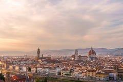 Panorama de Florença com rio de Arno e catedral de Santa Maria del Fiore no tempo do por do sol Fotos de Stock Royalty Free