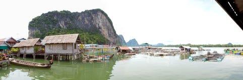 Panorama de flutuação da vila dos muçulmanos Fotos de Stock Royalty Free