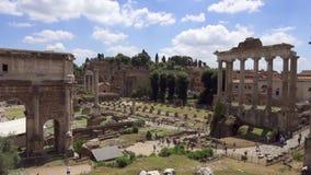 Panorama de forum antique Romanum de ruines dans le mouvement lent Forum romain au centre de la ville de Rome, Italie clips vidéos
