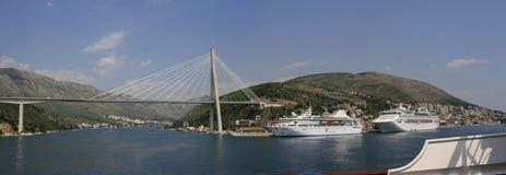 Panorama de Franjo Tudjman-brug en de blauwe lagune met haven van Dubrovnik, Dalmatië, Kroatië, Europa Royalty-vrije Stock Afbeelding
