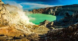 Panorama de fumer le cratère de volcan de Kawah Ijen avec le mien de soufre, Indonésie Photo stock