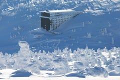 Panorama de furos da neve com Labska Bouda, paisagem nevado bonita do inverno das montanhas gigantes do dul de Labsky, vale de El imagem de stock royalty free