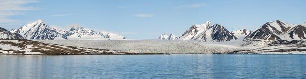 Panorama de glacier au-dessus de la mer avec des montagnes derrière, Svalbar Image stock