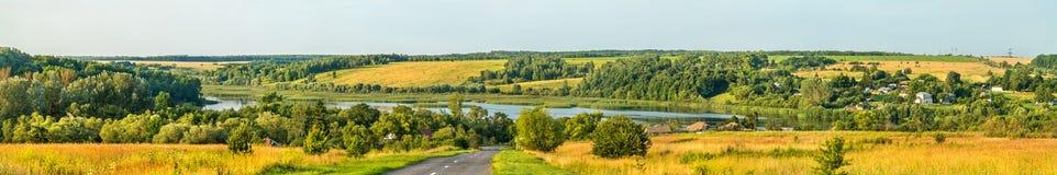 Panorama de Glazovo, uma vila típica no Upland central do russo, região de Kursk de Rússia fotografia de stock royalty free